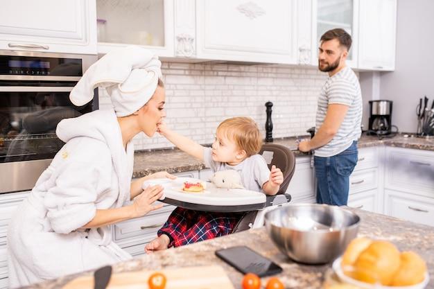 Família que aprecia a manhã na cozinha