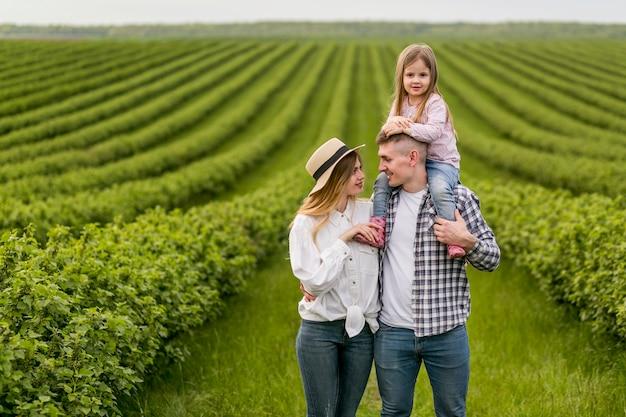 Família que aprecia o tempo da exploração agrícola