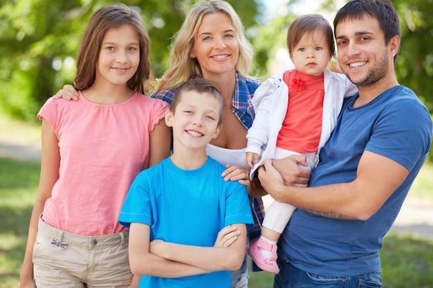 Família que aprecia o tempo de lazer