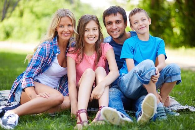 Família que aprecia o tempo livre na grama