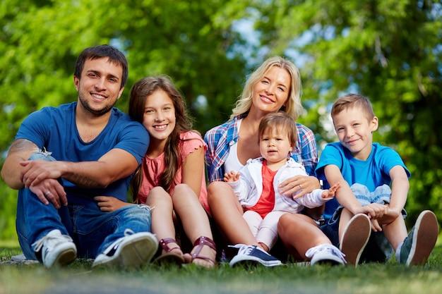 Família que aprecia o verão