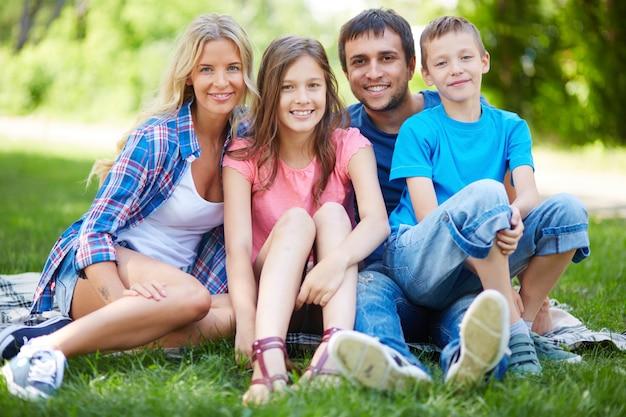 Família que descansa na grama
