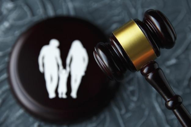 Família recortada e cartas coloridas sobre a guarda dos filhos e o conceito de direito da família