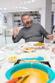 Família, reunião, comendo refeição, ao redor, tabela cozinha