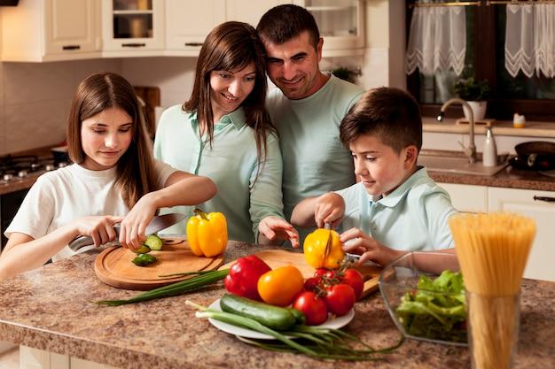 Família reunida preparando comida na cozinha