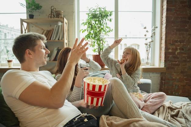Família rindo passando bons momentos juntos em casa parece feliz e alegre