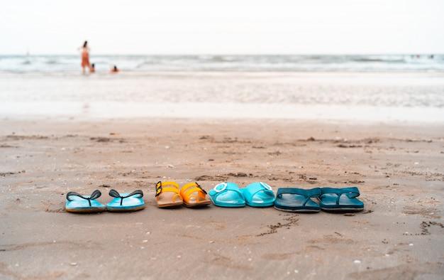 Família sapato chinelos na praia tropical em férias de verão