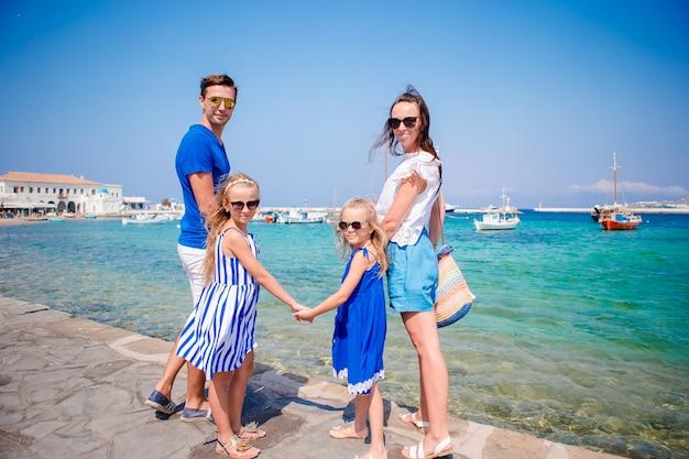 Família se divertindo ao ar livre nas ruas de mykonos