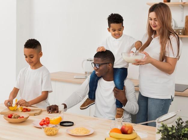 Família se divertindo ao fazer um pouco de comida