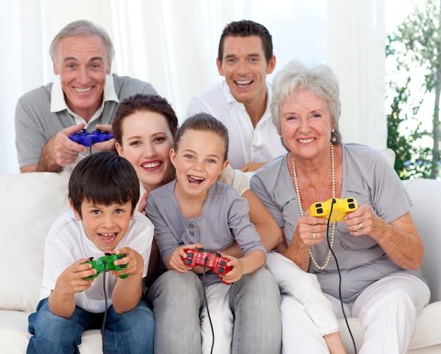 Família se divertindo jogando videogame