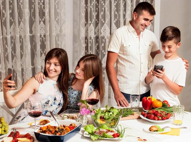 Família se divertindo na mesa de jantar