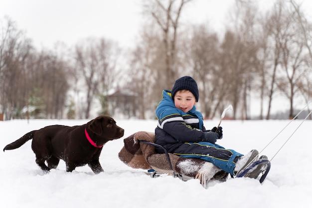 Família se divertindo na neve