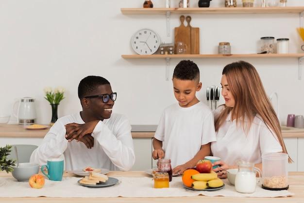 Família se preparando para comer