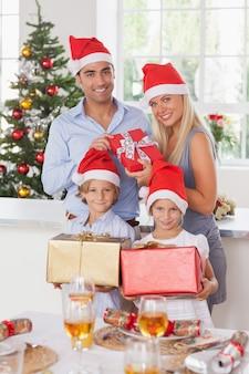 Família segurando presentes de natal