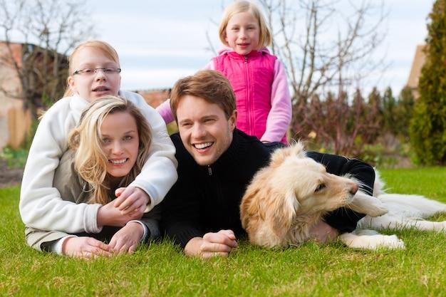 Família senta-se juntos em um prado