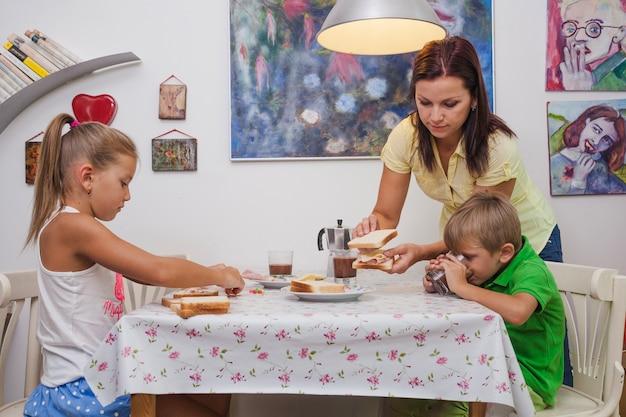 Família sentada à mesa com torradas