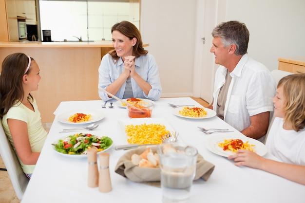 Família sentada na mesa de jantar