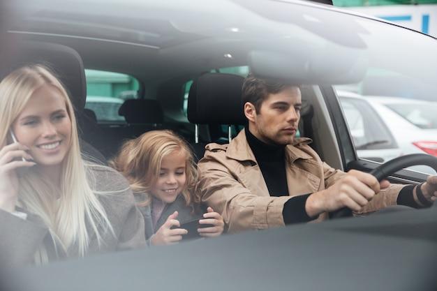 Família sentada no carro