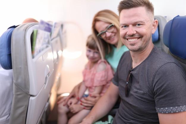 Família sentada nos assentos do avião