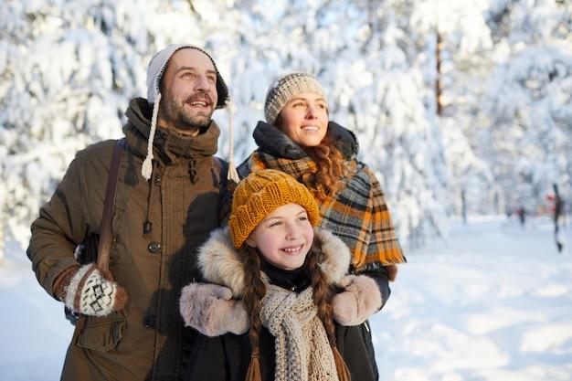 Família sonhadora no inverno