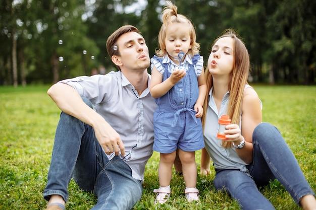 Família soprando bolhas no parque