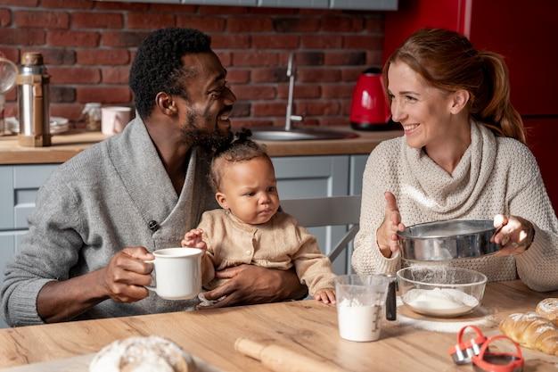 Família sorridente com foto média na mesa