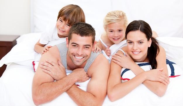 Família sorridente com televisão