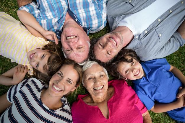 Família sorridente, deitado na grama