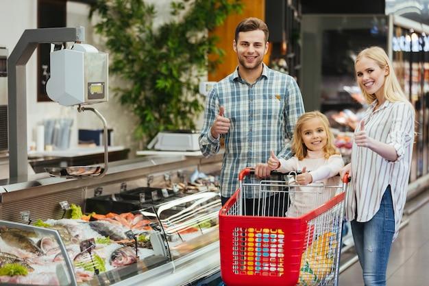 Família sorridente escolhendo compras