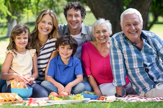 Família sorridente fazendo um piquenique