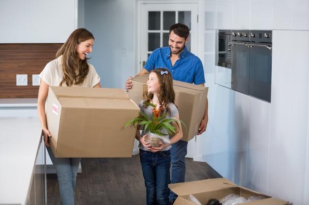 Família sorridente, mudança de casa