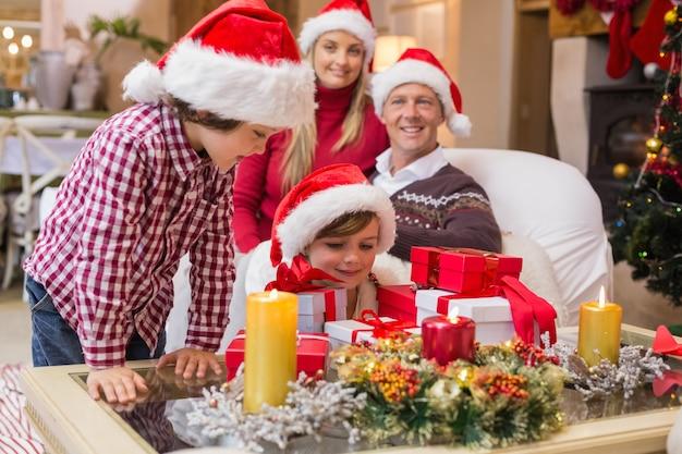 Família sorridente na época do natal com muitos presentes