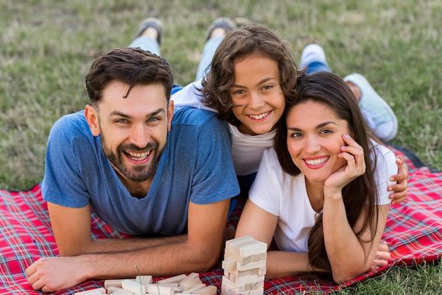 Família sorridente passando um tempo junta no parque