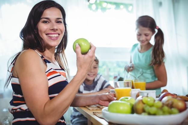Família sorridente tomando um café da manhã