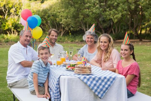 Família, sorrindo, câmera, aniversário, festa