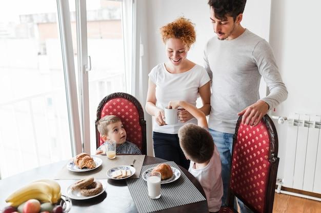 Família, tendo, café manhã, em, manhã
