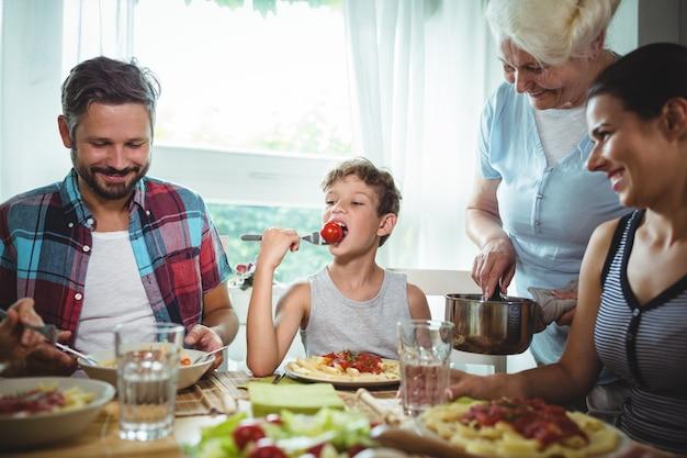 Família tendo refeição juntos