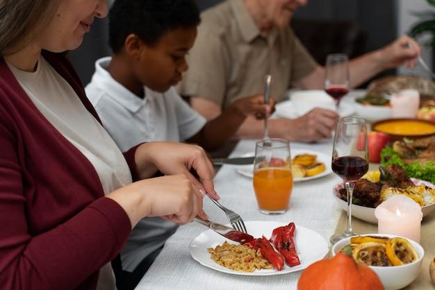 Família tendo um bom jantar de ação de graças