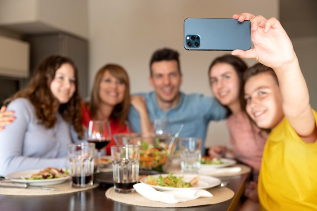 Família tirando selfie juntos no jantar