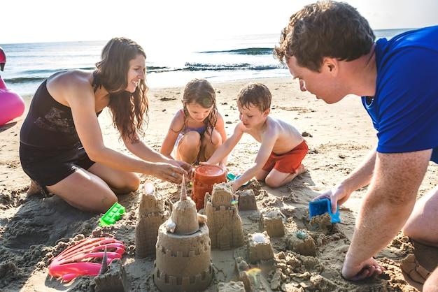 Família, tocando, praia