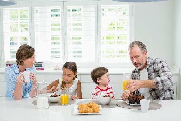 Família tomando café da manhã na cozinha