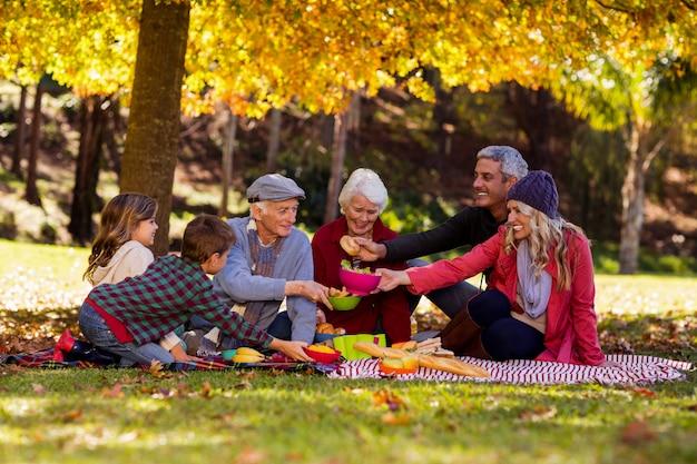 Família tomando café da manhã no parque