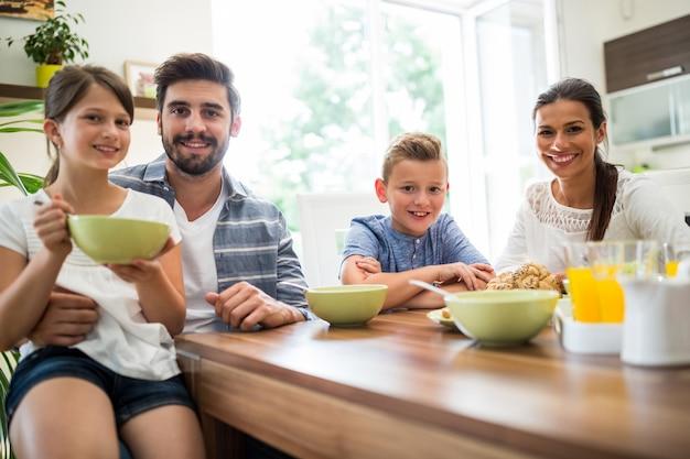 Família tomando café da manhã