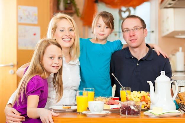 Família tomando comida no café da manhã