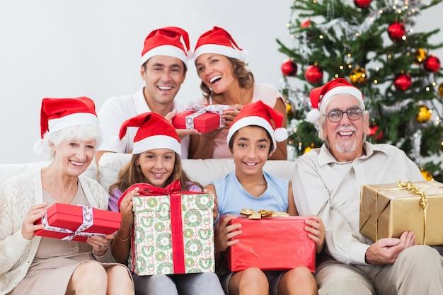 Família trocando presentes de natal