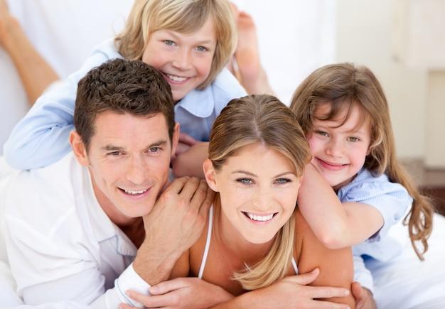 Família unida com televisão