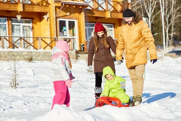 Família unida na caminhada de inverno