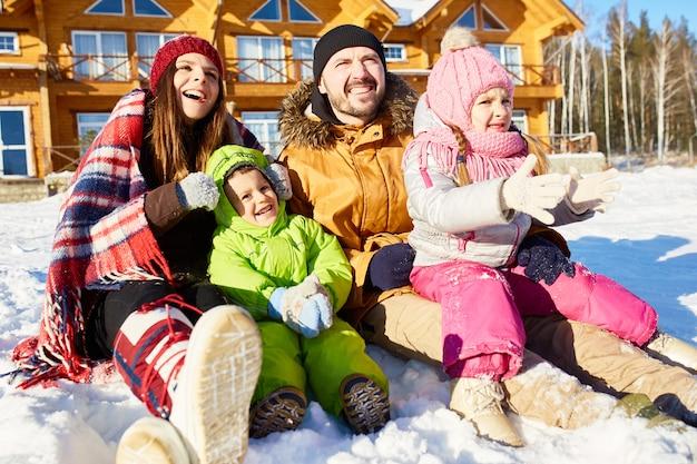 Família unida no fim de semana de inverno
