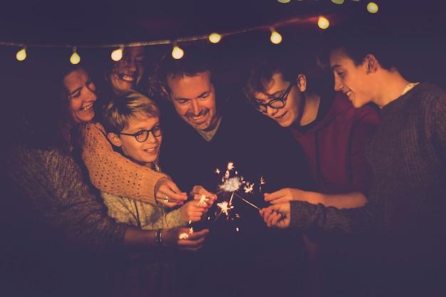Família usando brilhos
