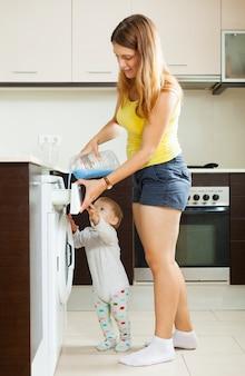 Família usando máquina de lavar
